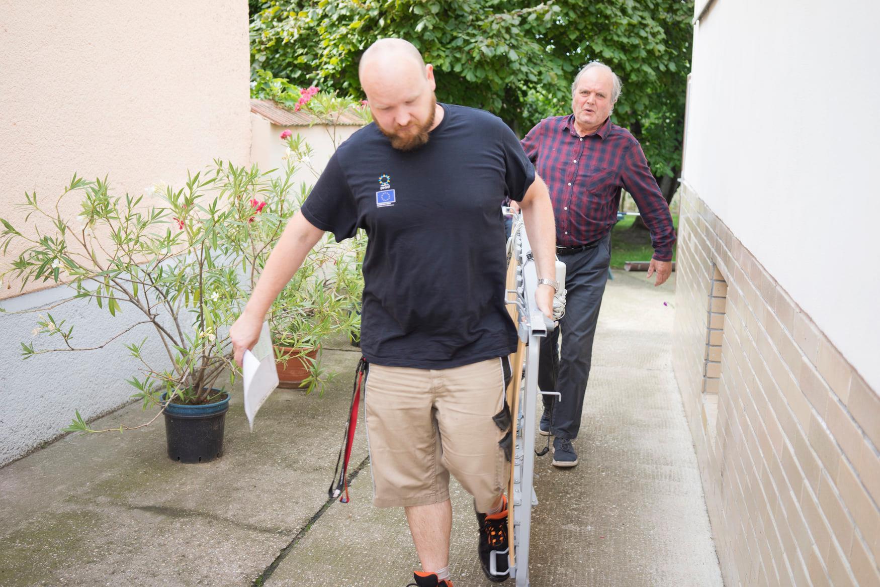 Kolega Martin (vpredu) vyzdvihuje posteľ od klienta. Zdravotnícke pomôcky privezieme na dodávke priamo k žiadateľovi a keď splnia svoje poslanie, prídeme po ne.