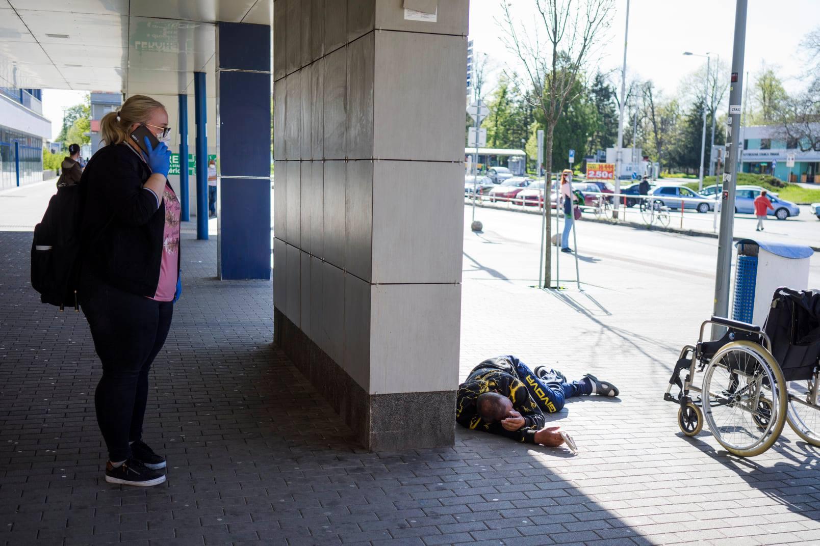 Simona rieši situáciu pri železničnej stanici. Mužovi so zdravotnými problémami volá rýchlu zdravotnú pomoc.