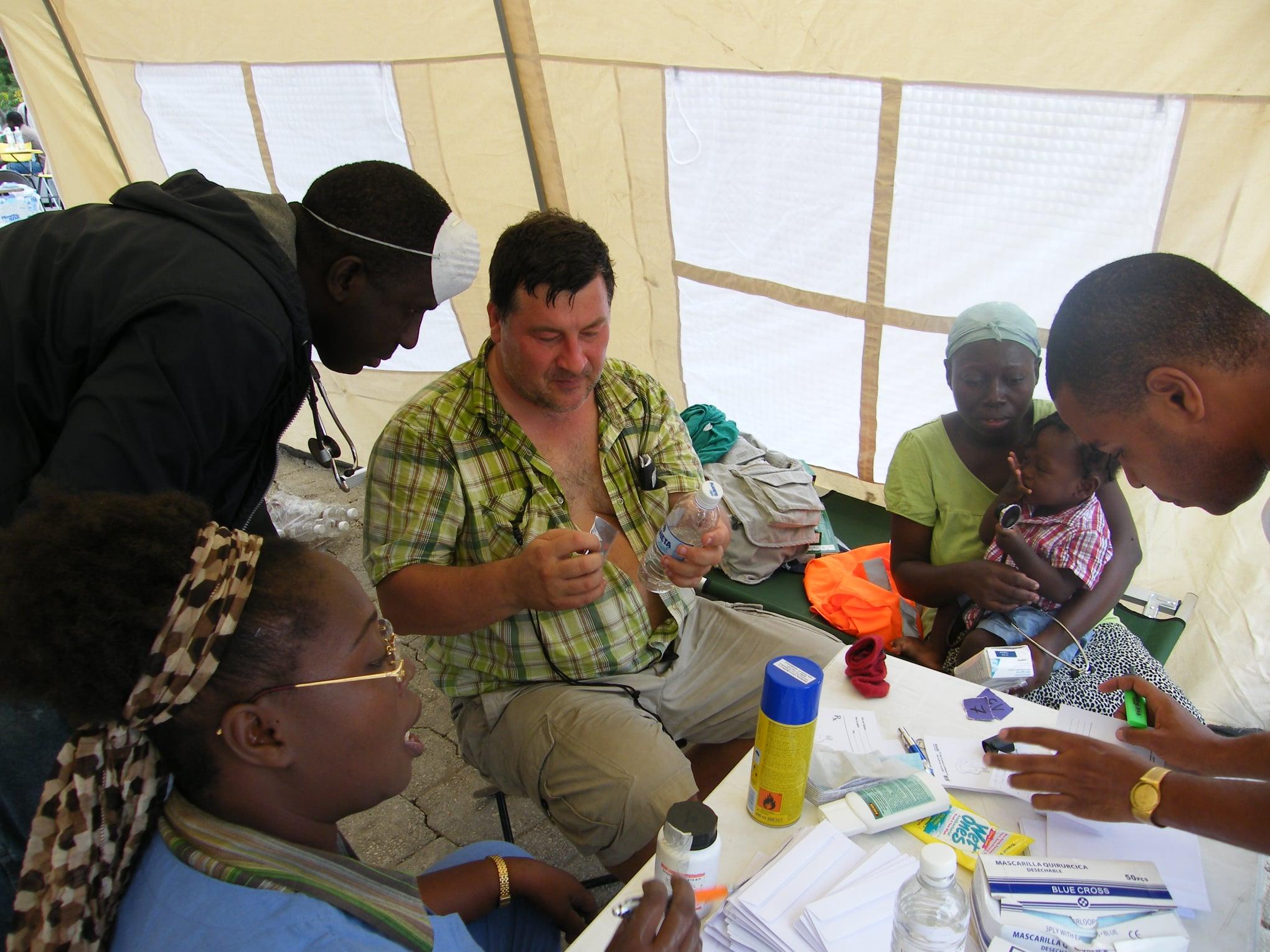 Po zemetrasení na Haiti prišiel miestnym ľuďom na pomoc aj tím Vladimíra Krčméryho. Foto: Archív VK