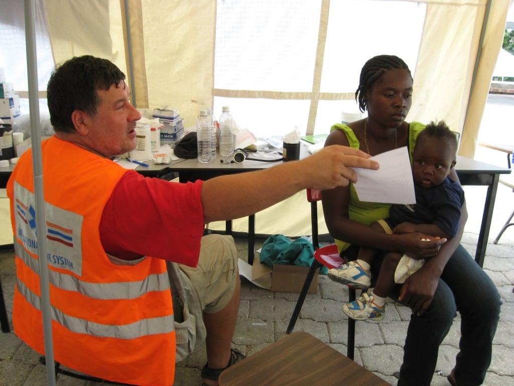 Pri ošetrovaní ľudí na Haiti. Mnohých museli vyslobodzovať spod zrútených budov. Foto: Archív VK